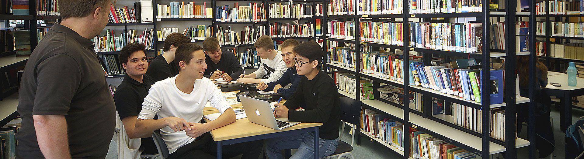 schüler lernen in der bibliothek in dem internat landschulheim steinmühle in marburg, hessen