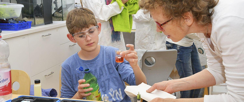 schüler und schülerinnen aus dem internat landschulheim steinmühle interessieren sich für chemie und lernen in marburg, hessen