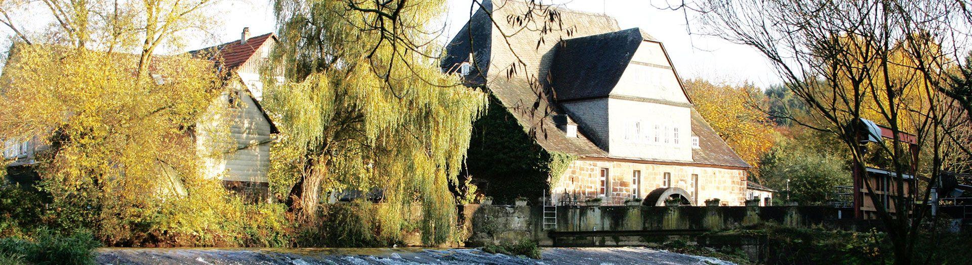 historische steinmühle im internat landschulheim steinmühle von außen in marburg, hessen
