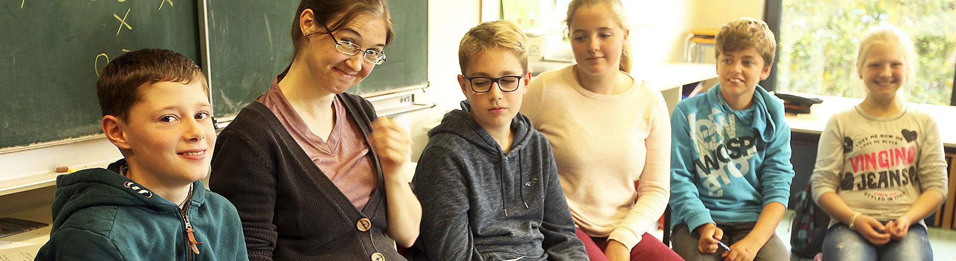 schülerinnen und schüler bilden lerngruppen und lernen gemeinsam in dem internat landschulheim steinmühle in marburg, hessen