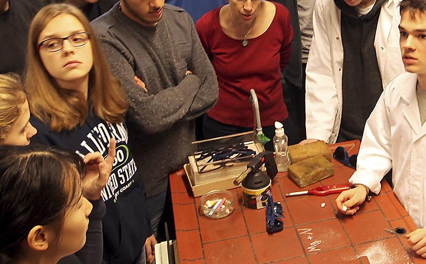 schüler und schülerinnen aus dem internat landschulheim steinmühle interessieren sich für naturwissenschaften