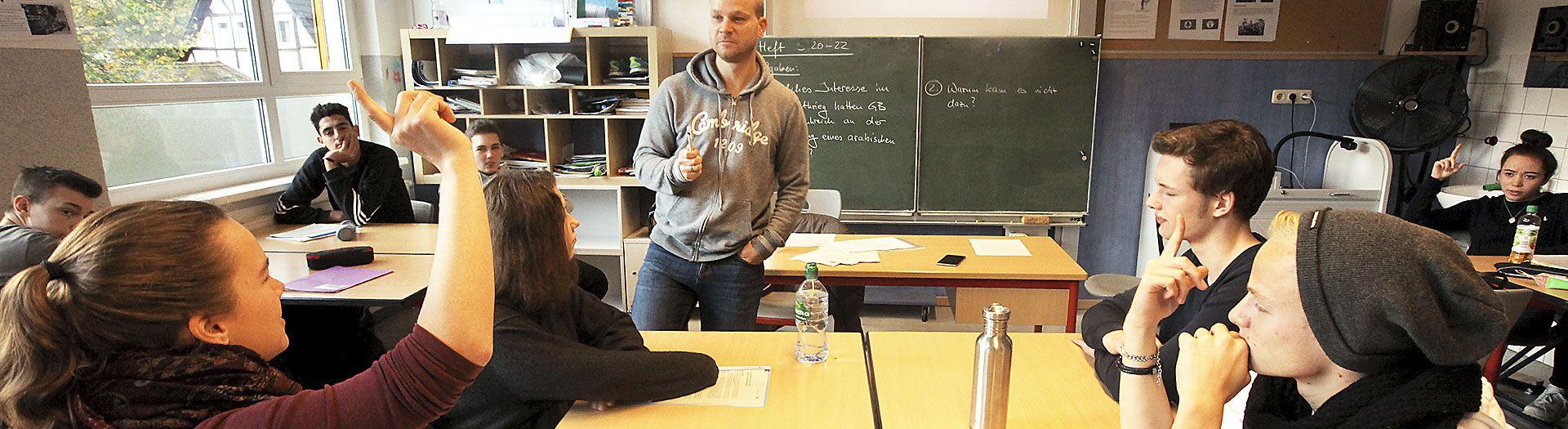 schüler im klassenraum in dem internat landschulheim steinmühle in marburg, hessen