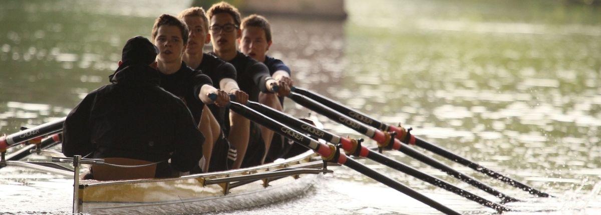 schüler und lehrer aus dem sportinternat steinmühle beim rudern auf der lahn in marburg, hessen