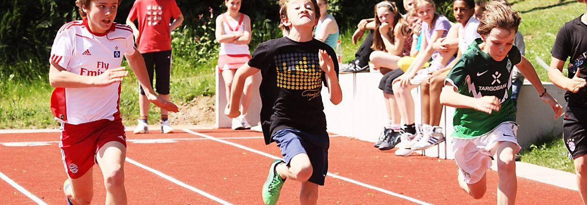 schüler aus dem sportinternat landschulheim steinmühle sprinten auf der laufbahn in marburg, hessen